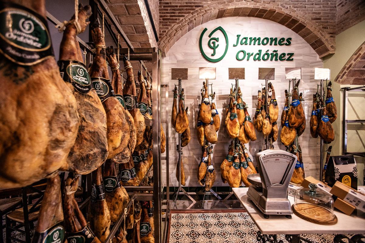 Nuestras tapas y guisos son de carnes ibéricas y de caza. En nuestra abacería podrás encontrar; carnes, quesos, chacinas ibéricas, vinos, aceites, patés, mermeladas, jamón... todo productos gourmet.