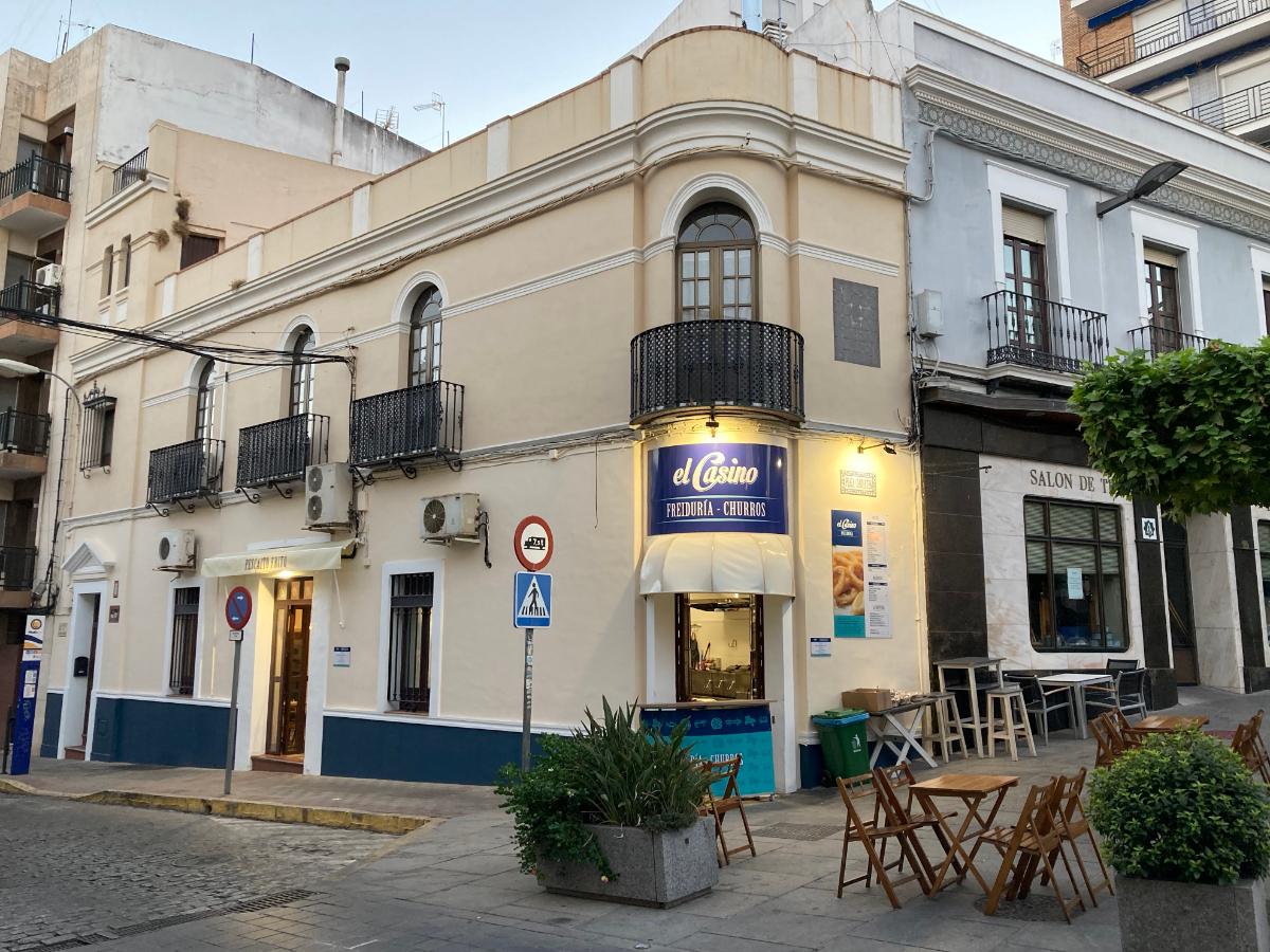 El Casino Freiduría - Churros, pretende ser el sitio más adecuado para degustar el tradicional pescaito frito o los churros con chocolate junto con la familia y amigos, ofreciendo un producto fresco de calidad en el centro de Alcalá de Guadaíra.